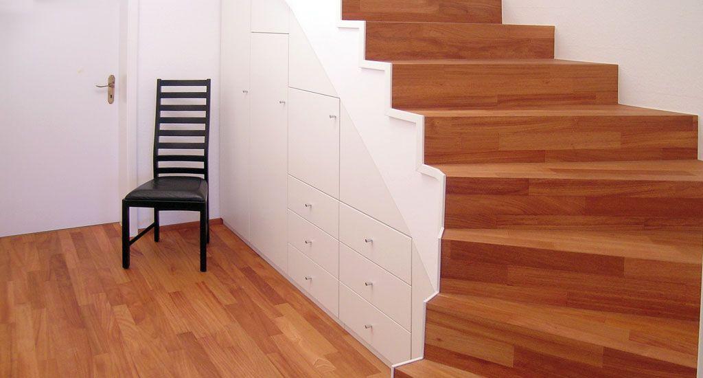 Garderobe unter der Treppe im Flur weiß lackiert Holz