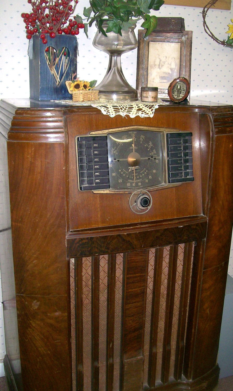 Vintage Zenith Radio 1940s Floor Model Antique 101 00 Via Etsy Vintage Radio Antique Radio Retro Radios