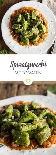 Es ist so grün: Spinat-Gnocchi auf einem fruchtigen Tomatenbett   – Veganes