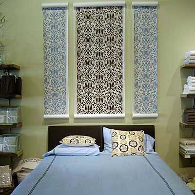 Wallpaper headboard Rolls of bold unframed wallpaper work as a headboard behind this upholstered bed at Reclaim a home store in Menlo Park Ca. & 15 ideas para hacer cabeceros de camas fáciles baratos y muy ...
