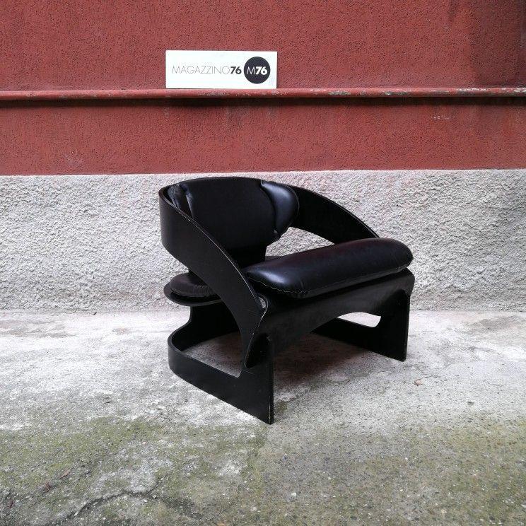 Poltrone In Pelle Milano.Una Poltrona In Legno Curvato Verniciato Nero E Seduta In Pelle