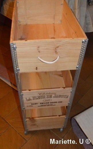 meuble roulettes avec des caisses de vin crates pallets and wine boxes. Black Bedroom Furniture Sets. Home Design Ideas