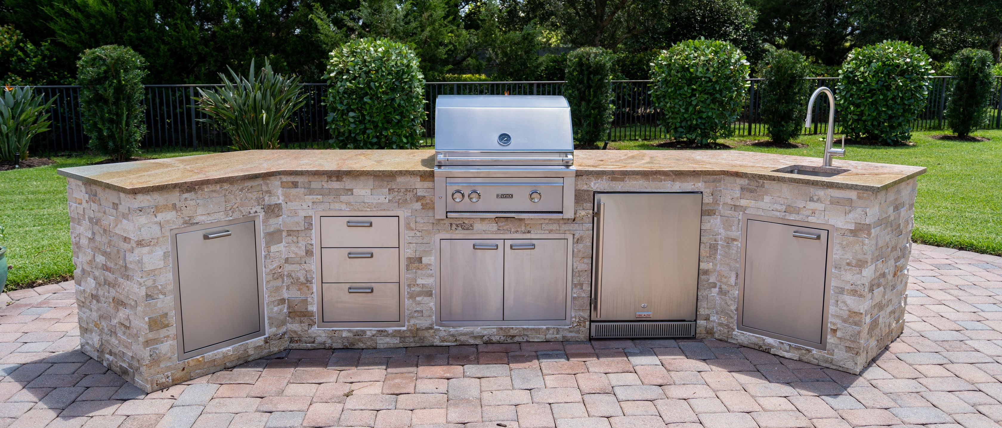 Outdoor Kitchen Jupiter Outdoor Kitchens Don T Need To Be Attached To The House Outdoorentertainment Outdoor In 2020 Outdoor Fireplace Outdoor Kitchen Patio Style