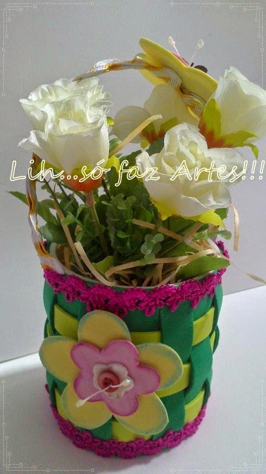 uma latinha reciclada...cestinha em e.v.a com flores artificiais