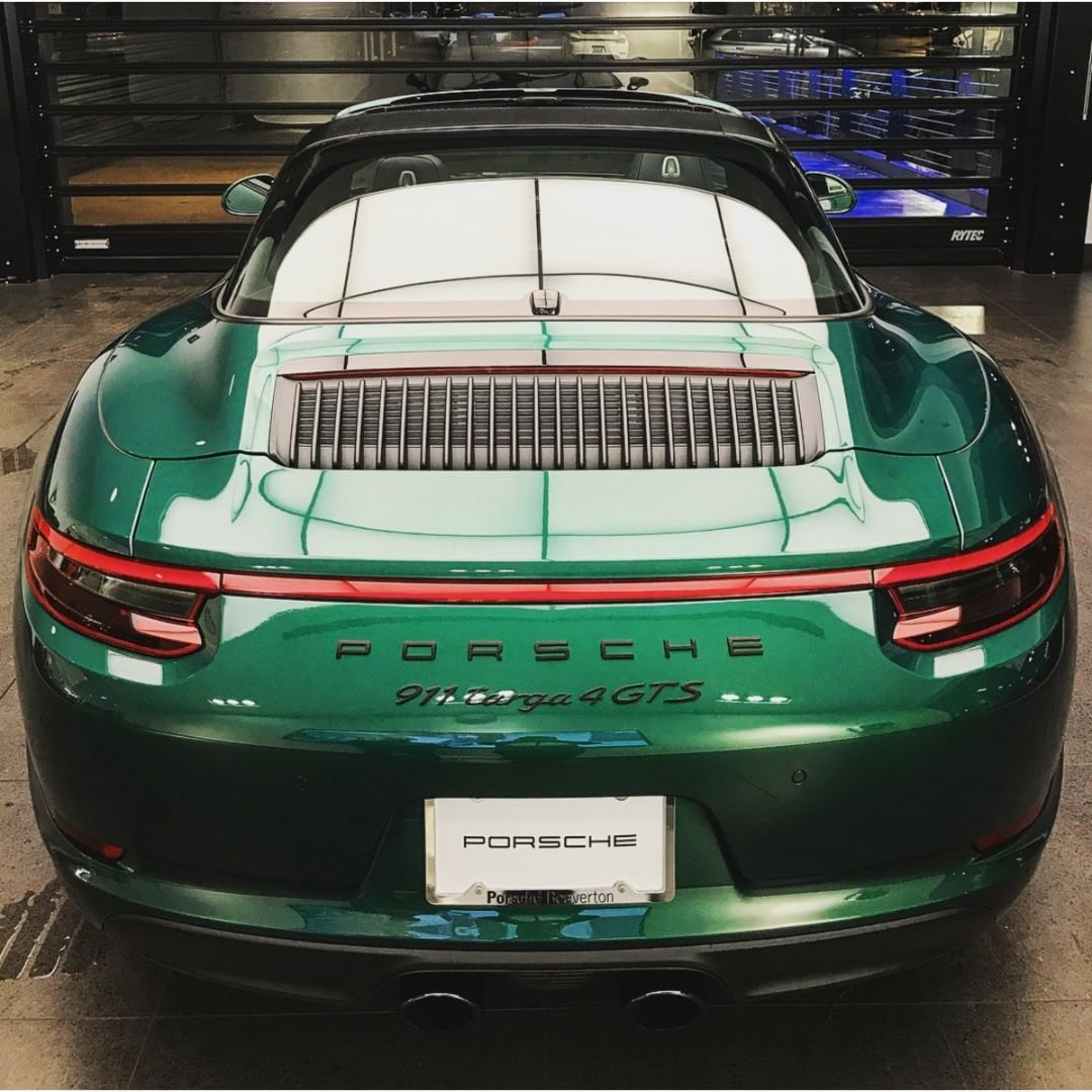 I Found This Painttosample Emerald Green 991 Targa 4 Gts What An Amazing Deep Color Much Deeper And Also Lighter Roskoshnye Avtomobili Avtomobili Motocikl