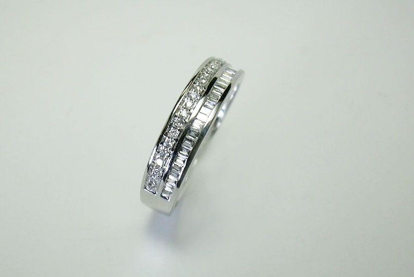 5f8ce3309737 Anillo de oro blanco con doble carril de diamantes talla brillante y talla  baguette- PVP 840€ en Joyería Biendicho