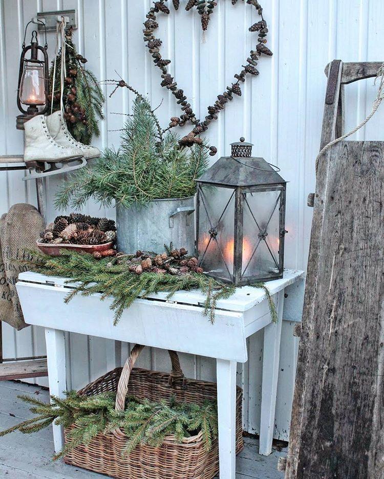 "Vinterpynt ved døra ❄I dag skal det ""vinterpimpes "" både her og der utendørs God lørdag der ute  #winteriscoming #winterdecor #vinterpynt #naturmaterialer"