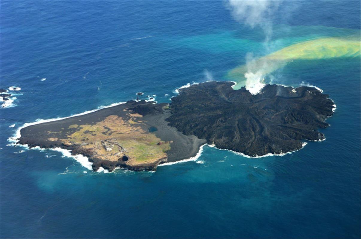 Die Vulkaninsel Vor Der Japanischen Kuste Wachst Weiter Aus Der Erst Am 21 November 2013 Aus Dem Meer Aufgetauchten Klein Vulkan Vulkane Phonix Aus Der Asche