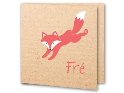 Een simpel maar leuk geboortekaartje met een vosje op een kartonnen achtergrond. Binnenin heeft het kaartje een kartonnen achtergrond met een klein vosje in de linker onderhoek. Aan beide kanten is plek voor een geboortegedichtje of tekst.
