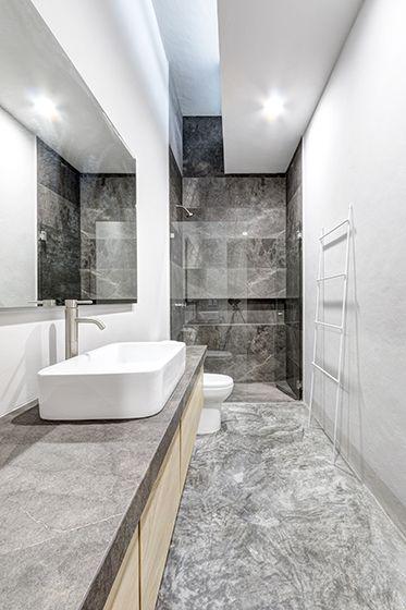 Casas cuatas ba o con marmol santo tomas corrugado for Pared de bano de concreto encerado