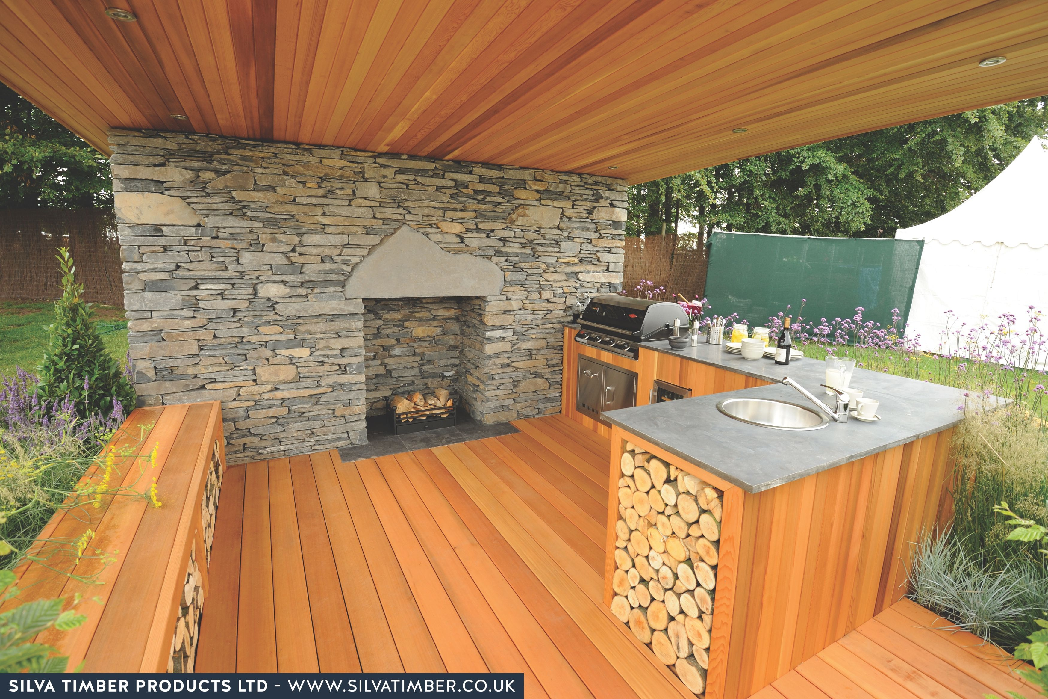 Red Cedar Is Used To Give This Outdoor Kitchen And Fireplace Combo Extra Durability And A Warm Design Appeal V Outdoor Kitchen Design Outdoor Kitchen Backyard