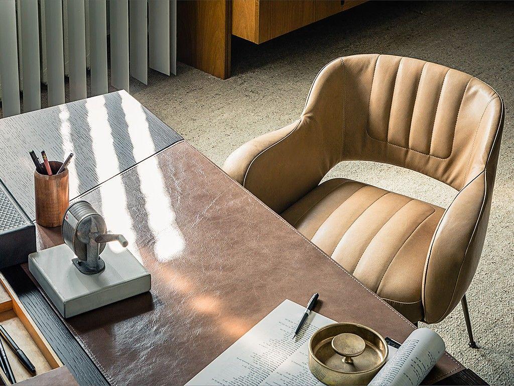 home office com poltrona de couro claro
