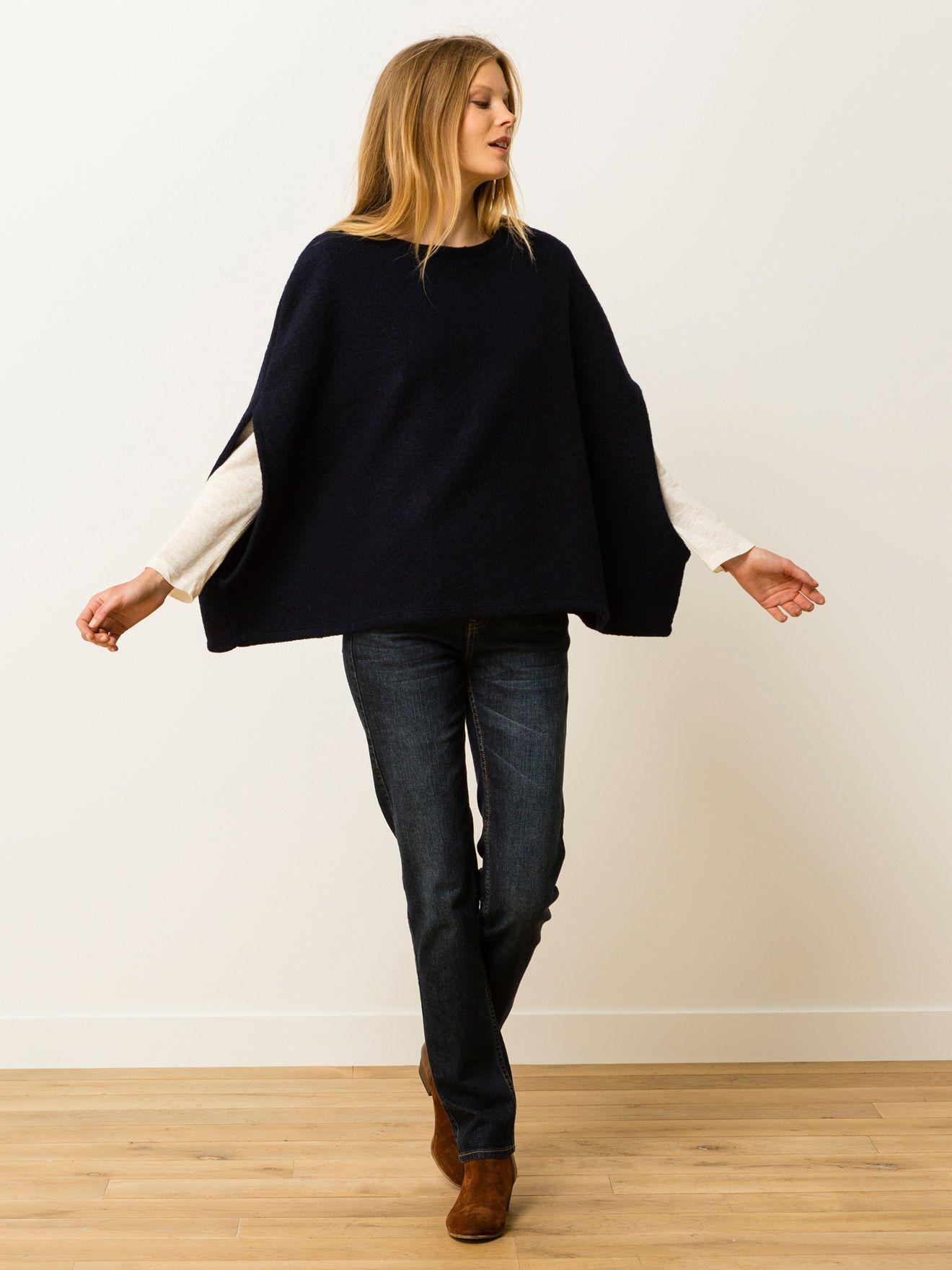 Cape en laine bouillie sans manches. Encolure dégagée. 2 ouvertures sur les côtés dans le bas pour passer les bras.    Une cape chaude et facile à por