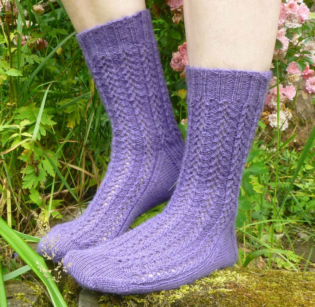 Easy Lace Socks - free pattern and tutorial
