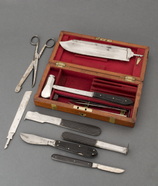 The set contains a large steel hammer, a brain knife, a spine chisel, saws and scalpels – instruments used to carry out a post-mortem. Post-mortems only came into practice in the early 1800s.
