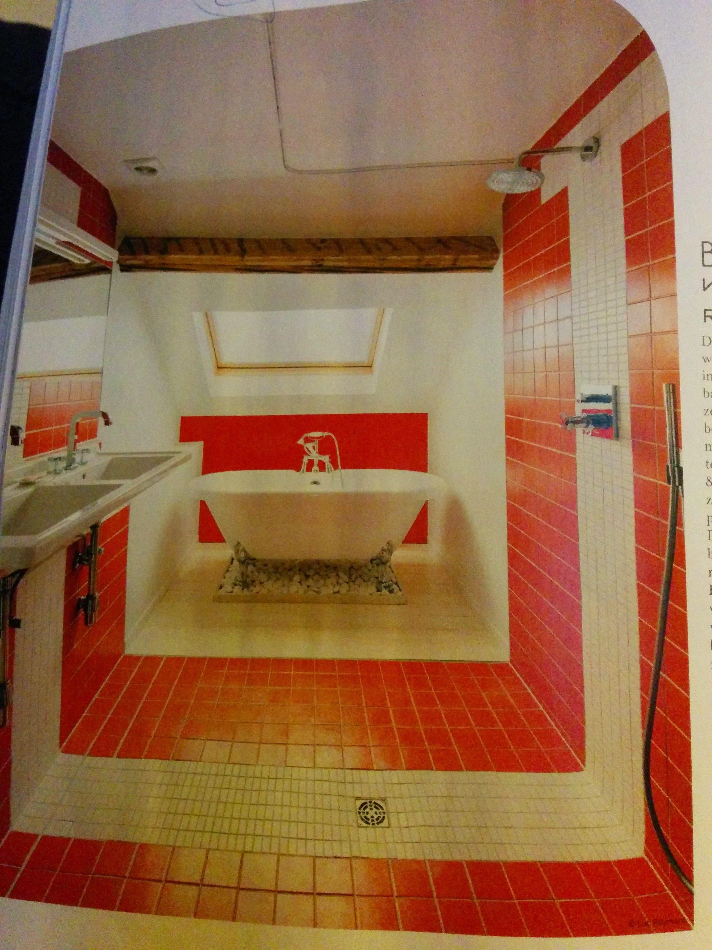volledig betegelde badkamer met een douche open in de ruimte
