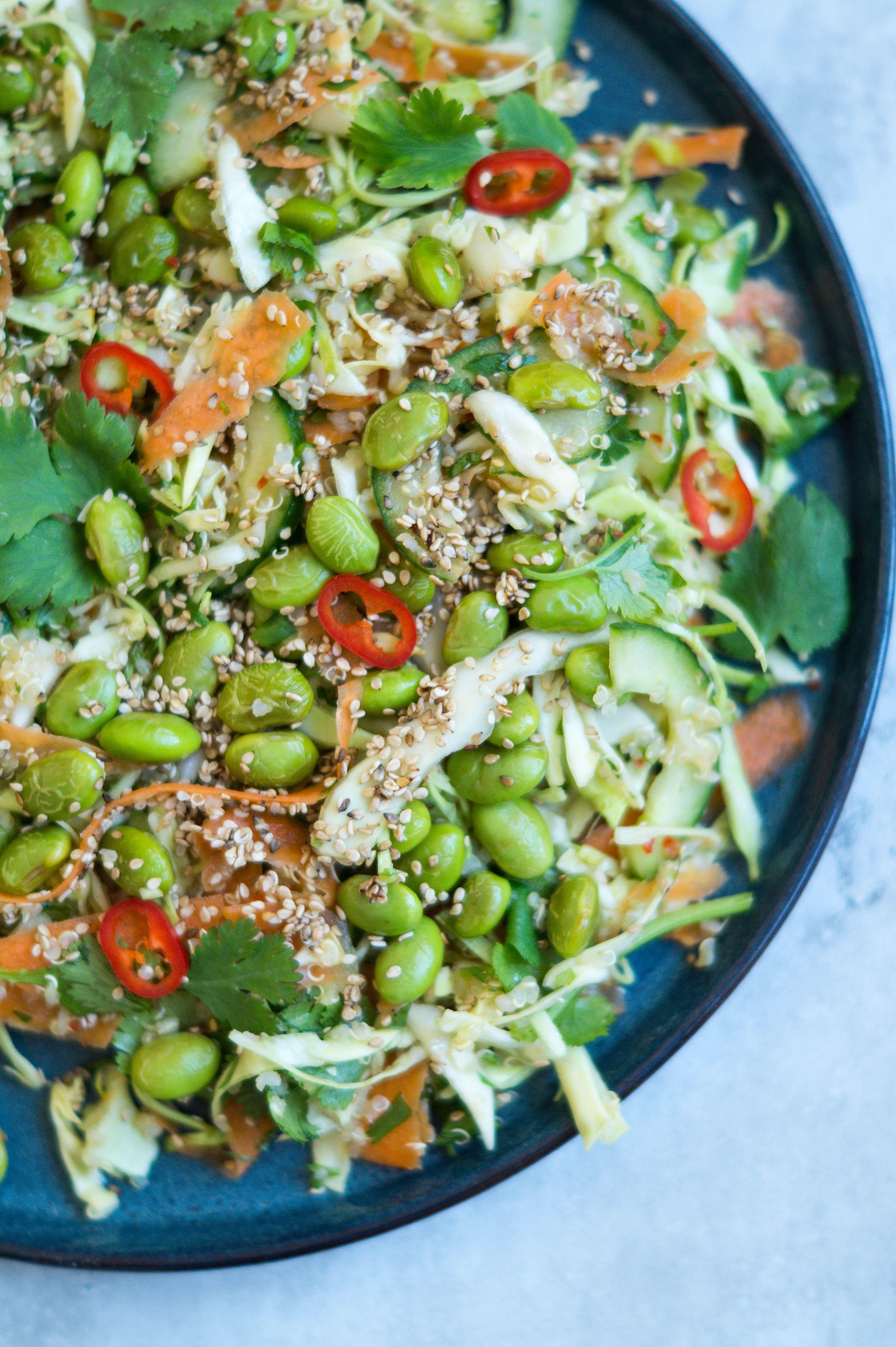 Asiatisk quinoa salat - vietnamesisk salat med edamamebønner, quinia, sesam og skøn ingefær-chili dressing. Toppet med sesam og koriander.