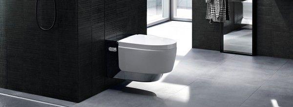 Geberit AquaClean Mera chromglänzend im schwarz-grauen Badezimmer ...