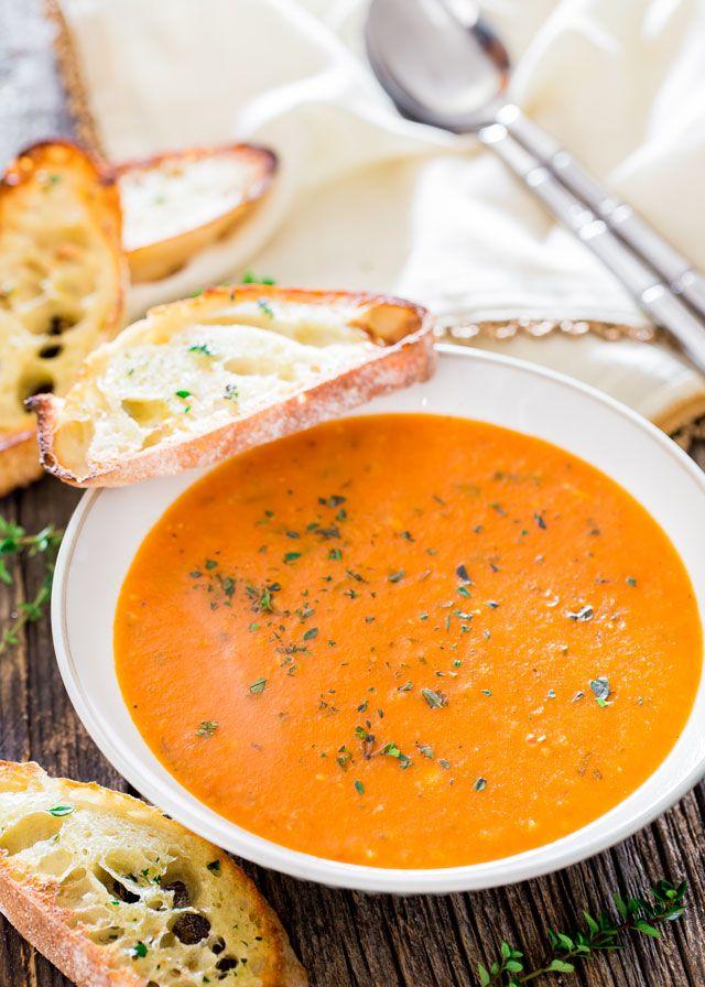 Roasted Tomato Soup - 1 kg tomates, huile olive, 2 t bouillon légumes, 2 cuillères à soupe d'huile d'olive, 1 cs beurre, 1 gros oignon, haché, 3 gousses d'ail, hachées, ¼ tasse de basilic frais haché, 1 cs thym frais haché, 2 cs farine, 1 cs sucre brun,1 cc paprika fumé. W