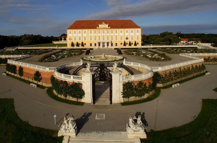 Das Schloss Schonbrunn Ist Die Beliebteste Sehenswurdigkeit In Wien Hier Finden Sie Alle Informationen Fur Ihren Besuch Und Konnen Ihre Hofburg Wien Wien Burg