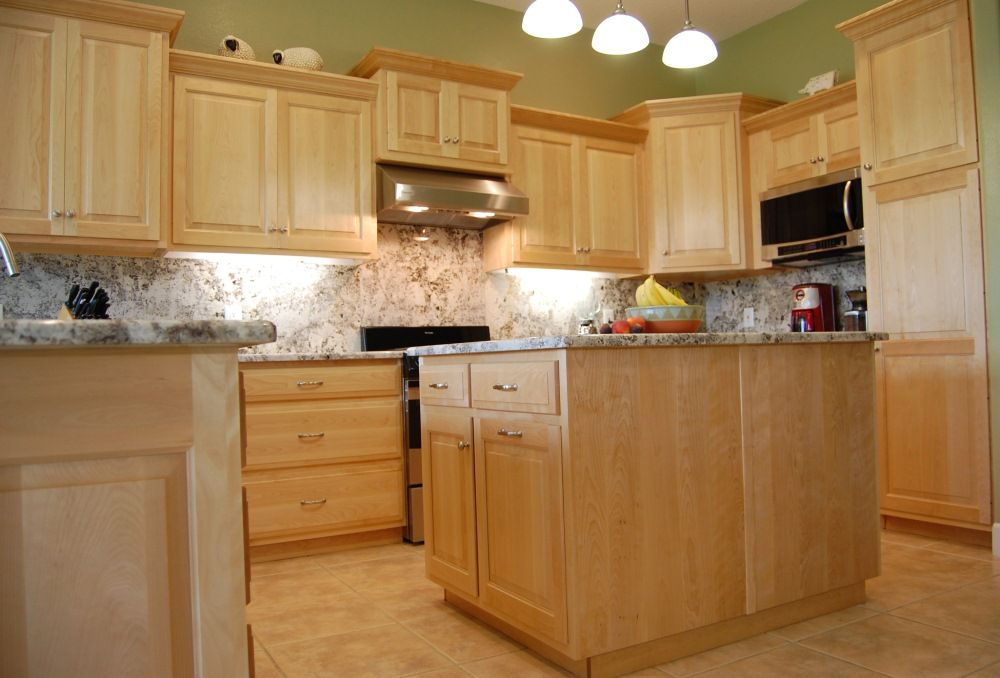 Light maple kitchen cabinets traditional maple kitchen for Kitchen cabinet countertop ideas