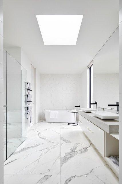 Wei es marmorbad luxus bad moderner marmor calacatta ger umiges bad bad in wei schwarze - Schwarze armaturen ...