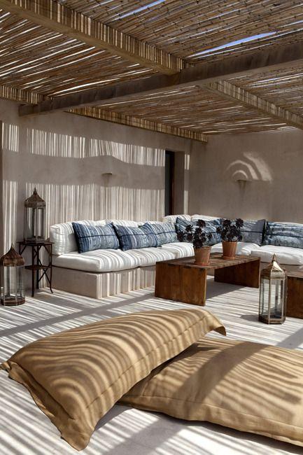 Pour une déco responsable, on opte pour des coussins de sol en chanvre, un table basse en bois, de la cannisse pour se protéger du soleil, des coussins en jean 's recyclés, des éléments de déco chinés...