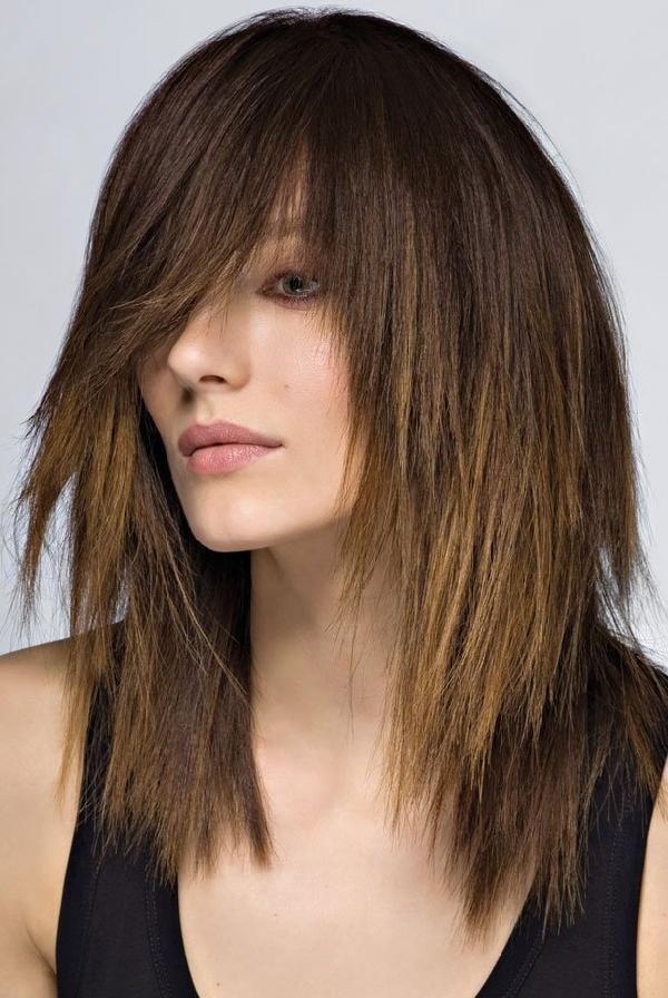 Coupe effilée dégradée avec frange. Cheveux LongsCheveux