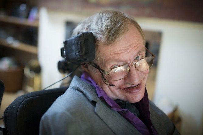 Sistema de comunicação usado por Stephen Hawking é aperfeiçoado pela Intel