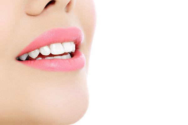 تتطلب عملية تفريش الأسنان الصحيحة اتباع خمسة خطوات استخدام فرشة أسنان ناعمة استخدام معجون أسنان يحتوي على الفلورايد تفريش الأسنان مرتين في اليوم على ا