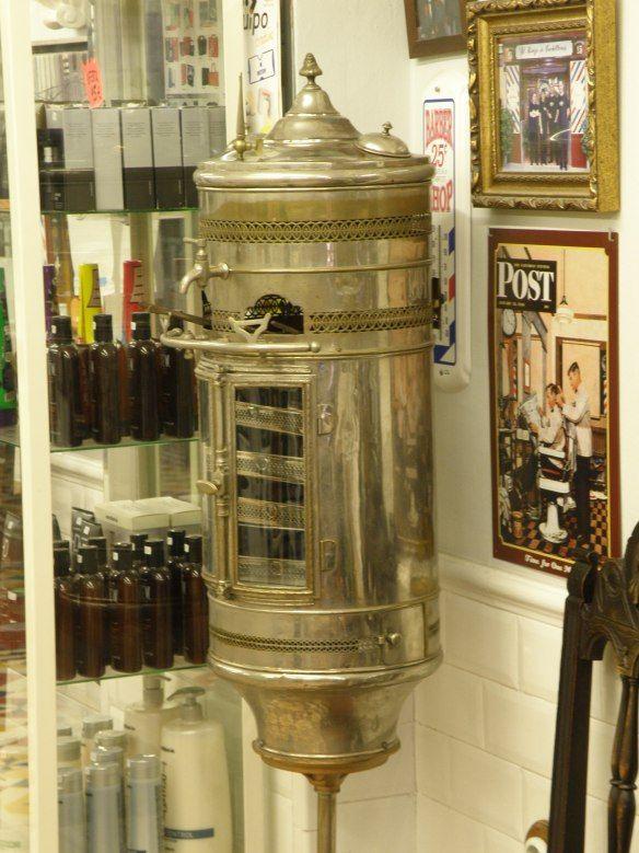 Peluqueria El Kinze de Cuchilleros es la barbería más antigua de la ciudad, fundada en 1900. 2 de enero de 1900. El prime… | Absinthe fountain, Liquor cabinet, Home