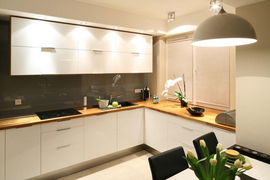 Biala Kuchnie Ocieplaja Drewniane Blaty Aby Nie Zaklocac Jej Minimalistycznej Stylistyki Zrezygnowano Z Tradycyjnych P Kitchen Interior Inspo Kitchen Cabinets