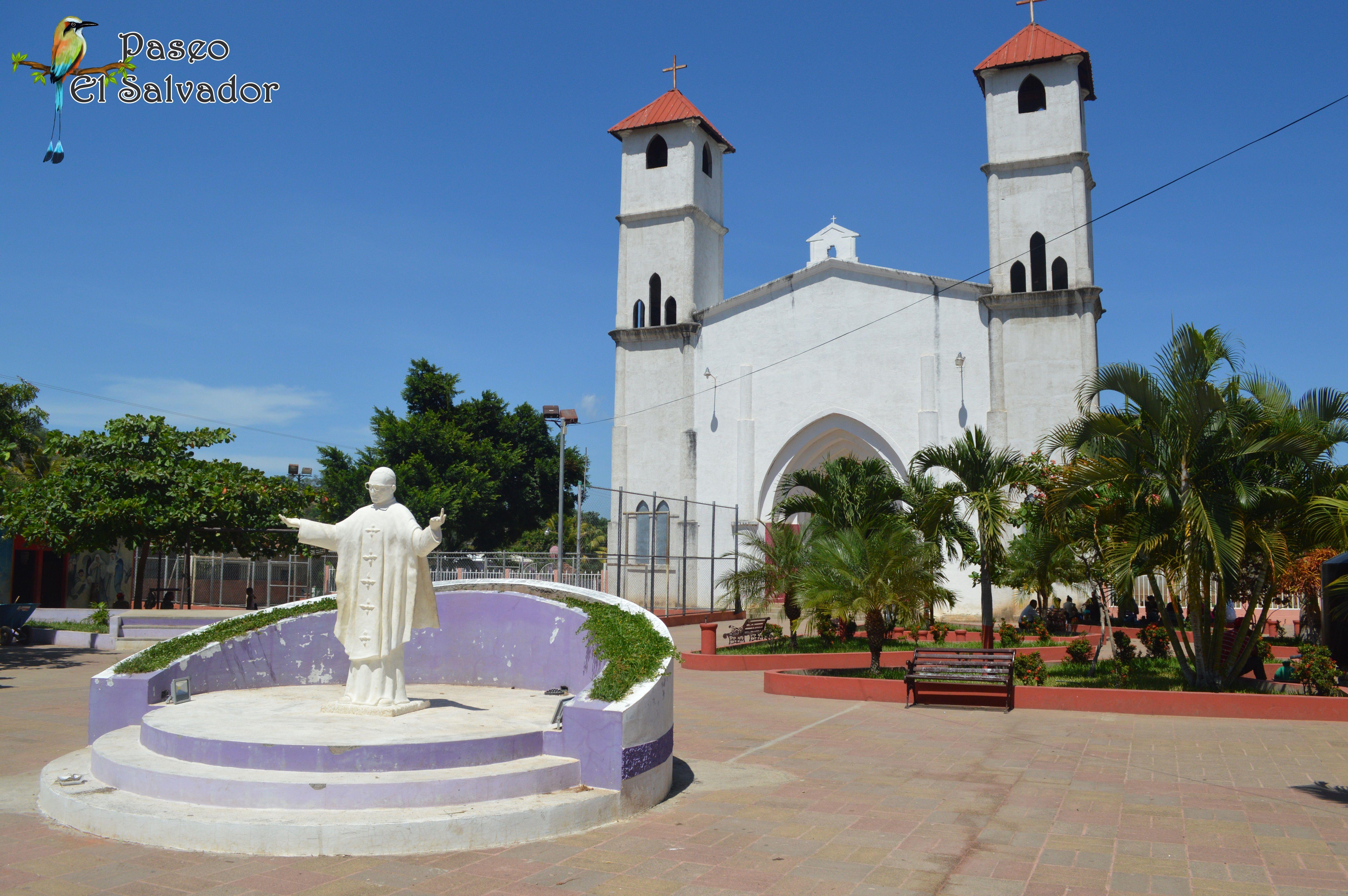 La hermosa iglesia y el monumento a Monseñor Oscar Arnulfo Romero #HazTurismo en #ElSalvador #Visita #Jucuaran un bello pueblo del municipio de Usulután, con bella historia #PaseoElSalvador
