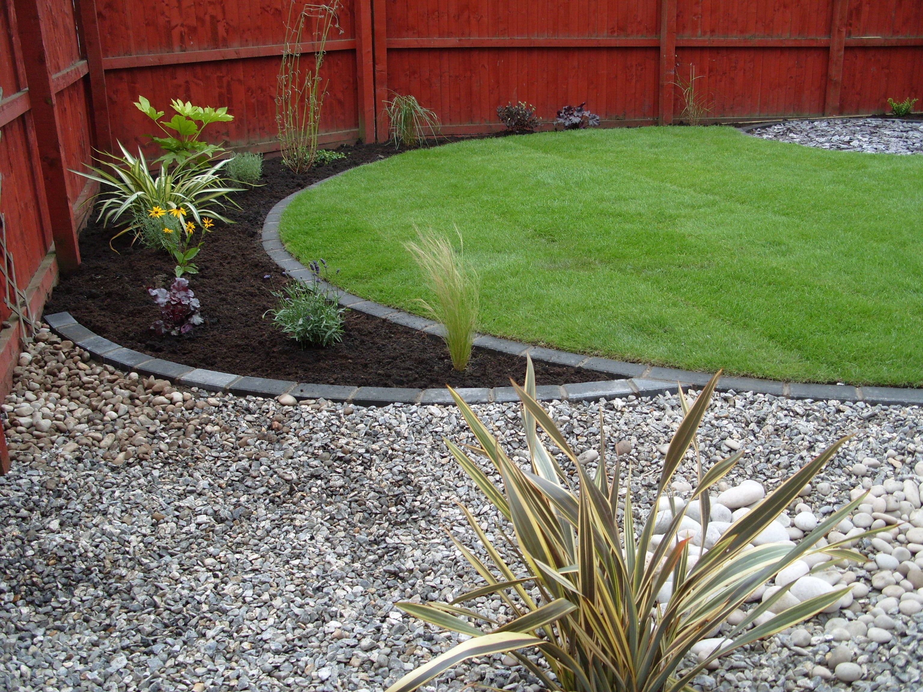 Snygg markering mellan gräsmatta och rabatt med sten, tycker om den ...