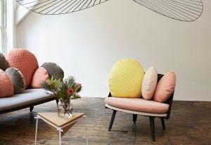 Nubilo è la poltrona morbida e confortevole grazie ai cuscini generosi e colorati, da comporre secondo le nuance del proprio living, anche accostando texture differenti