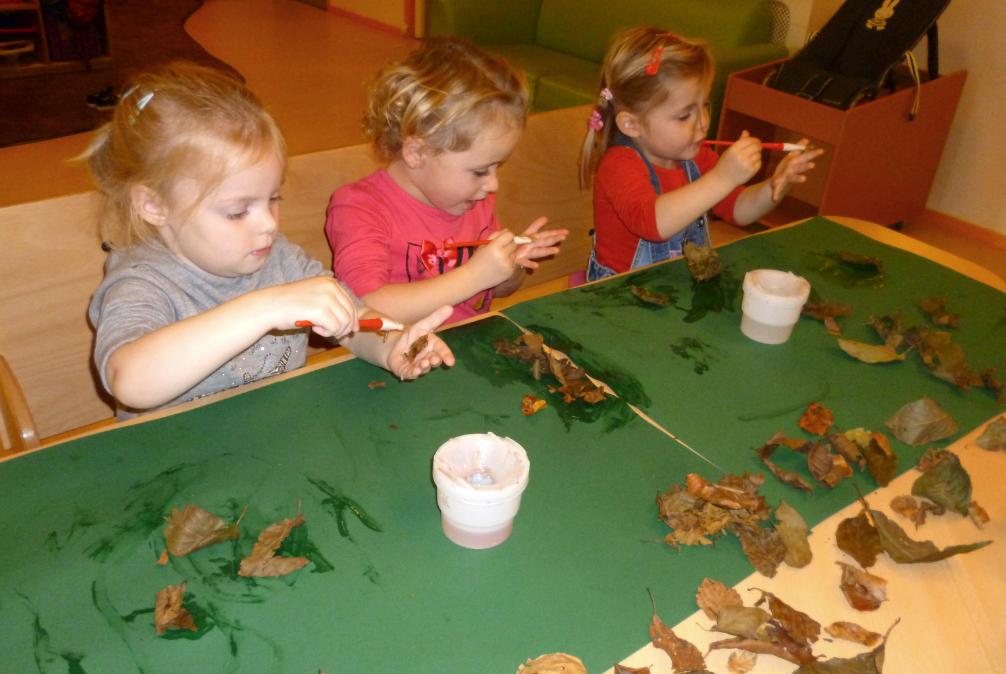 Op speurtocht naar de mooiste herfstblaadjes. Daarna ontdekken dat lijm en blaadjes een goede combinatie is!