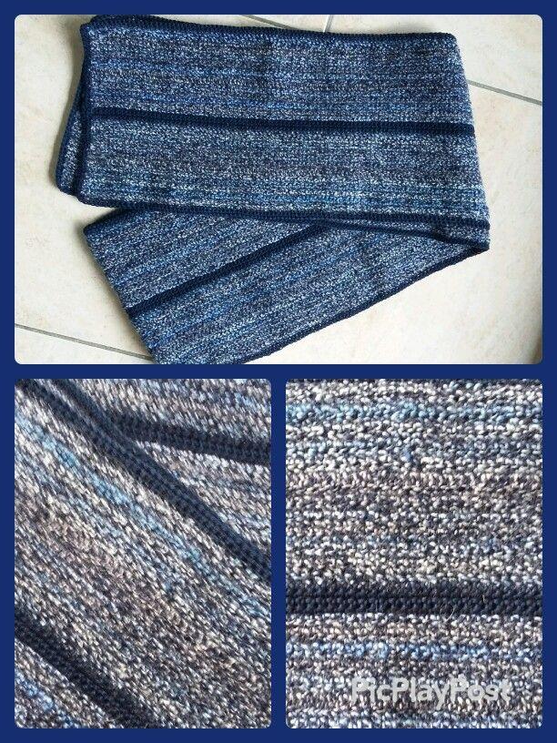 Herensjaal gehaakt met mooie blauwe tinten. Gemengd garen.  Afgeboord met donkerblauw Catania.