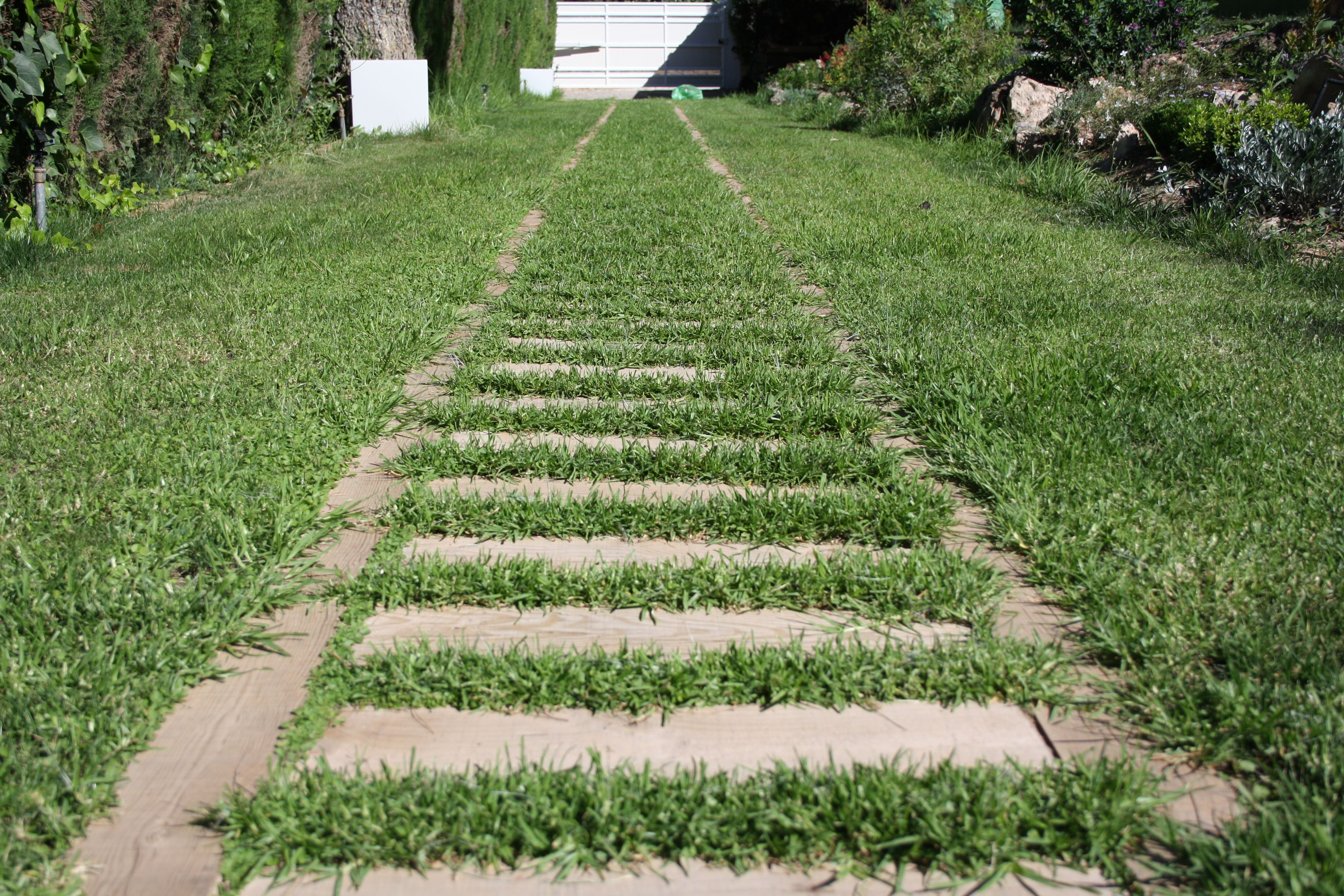 Instalaci n de traviesas de tren en jard n jard n madera - Traviesas de tren para jardin ...