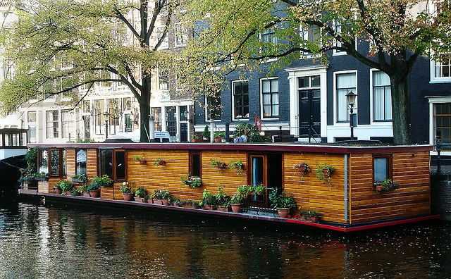 canal houseboat amsterdam floating house maison flottante pinterest maison flottante. Black Bedroom Furniture Sets. Home Design Ideas