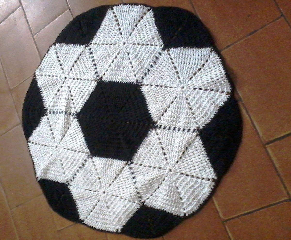 4b2a40267e Tapete de crochê bola de futebol preto e branco