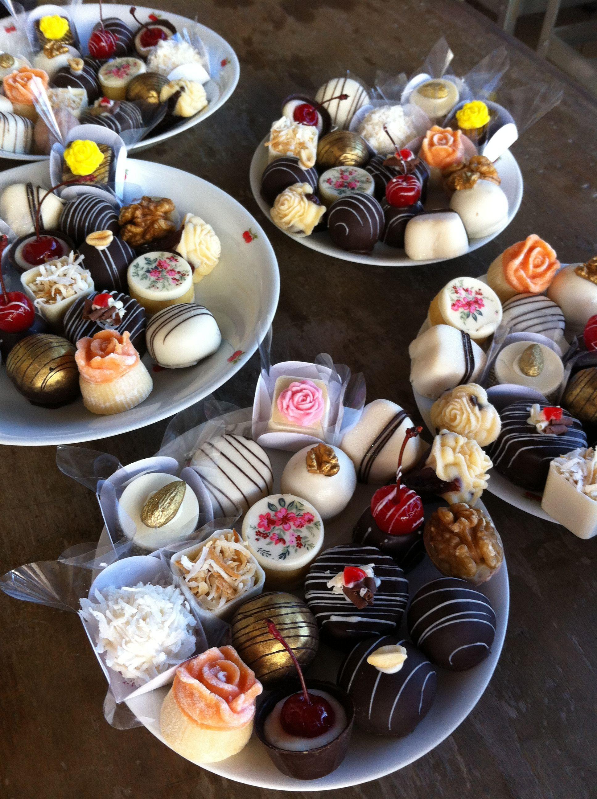 Dia de degustação para as noivas com deliciosos doces finos.