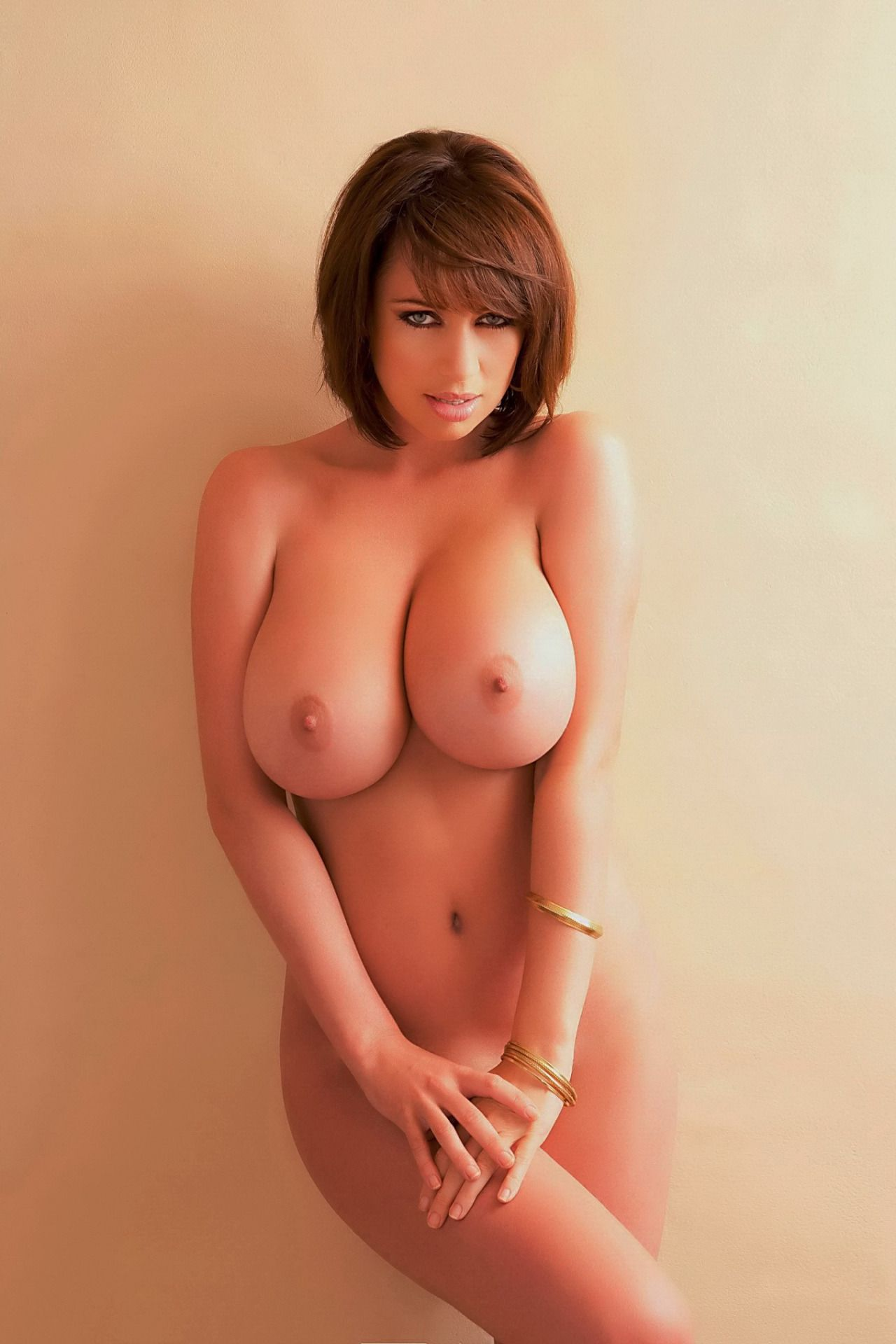 Boobs Shorthaired big brunette with