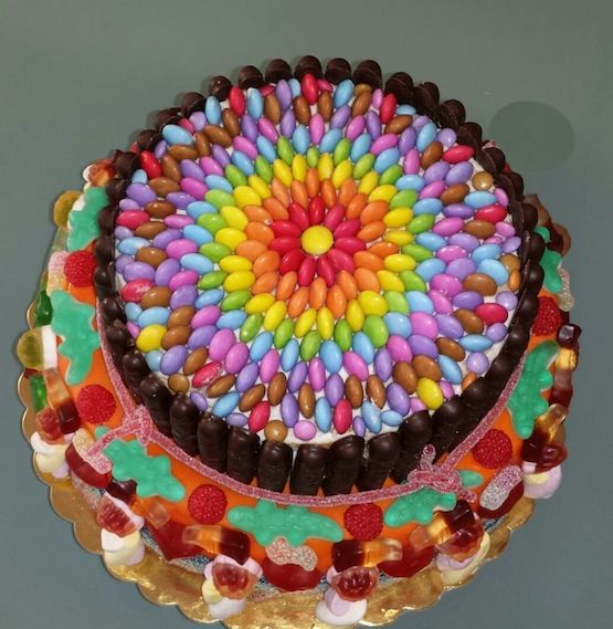 torte decorate con smarties e m m s these cake tins are for all occasions from weddings to. Black Bedroom Furniture Sets. Home Design Ideas