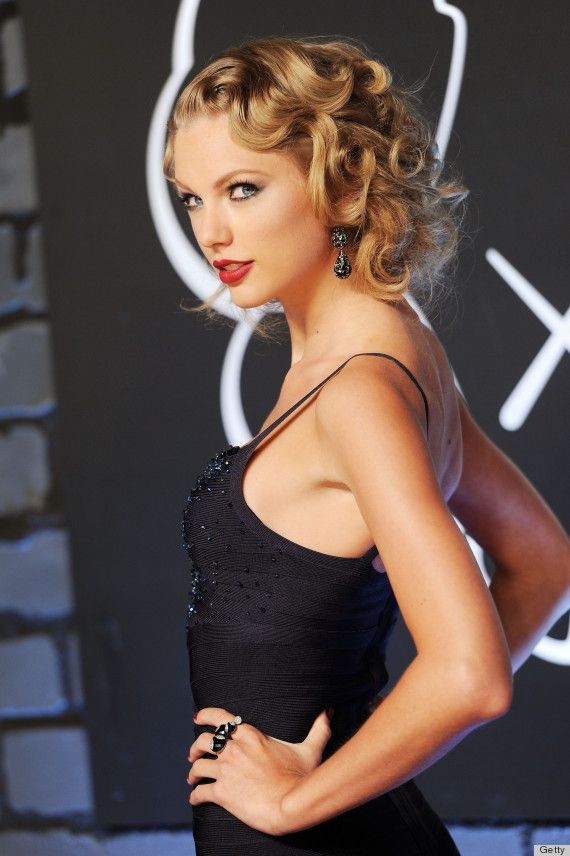 Taylor Swift Stepped Up Her Game With Gorgeous Retro Curls On Her Golden Blonde Hair Find Your Own Perfect Ha Taylor Swift Vma Taylor Swift Style Celebrities