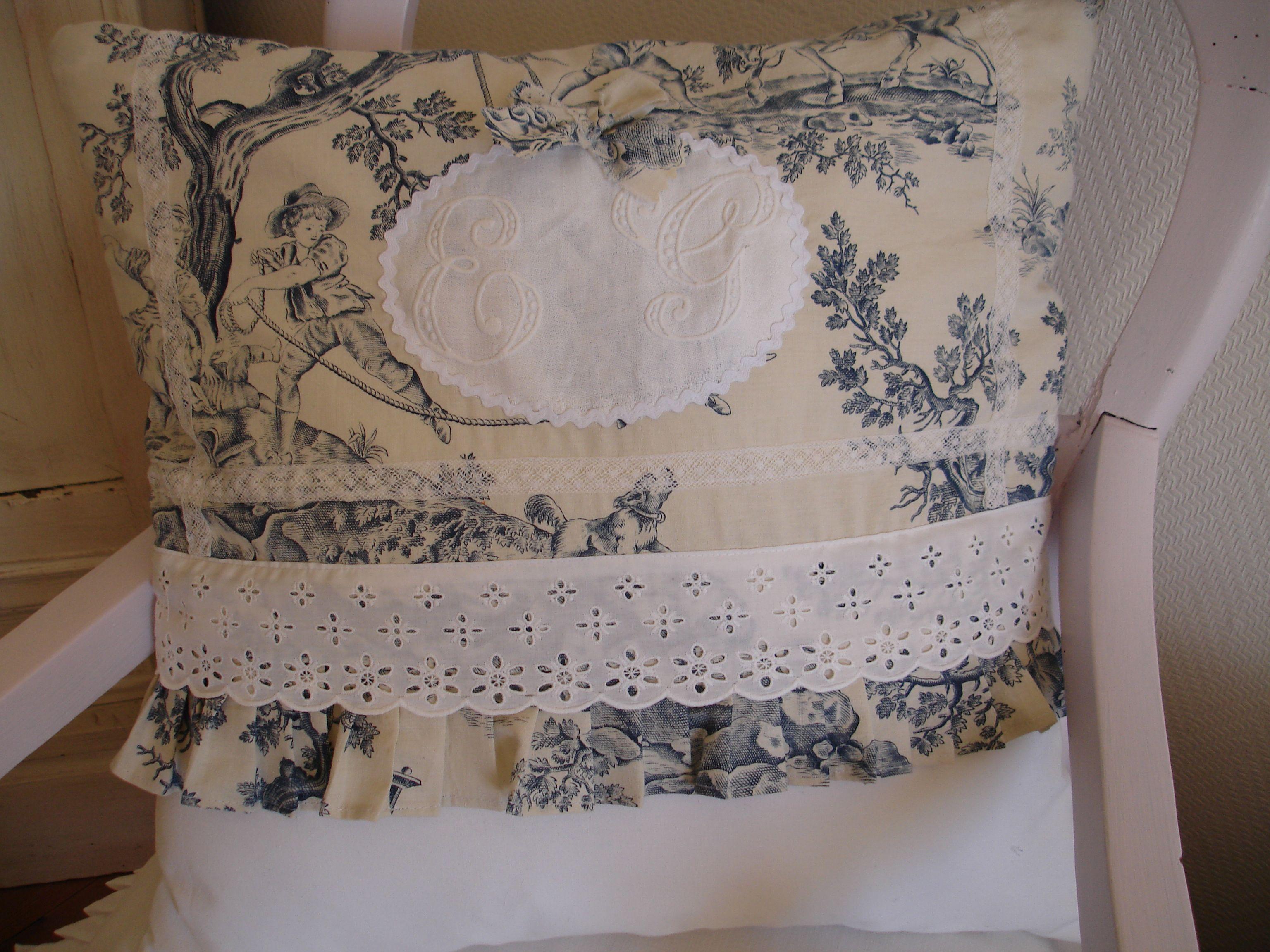coussin avec monogramme toile de jouy ancienne bleu dentelle ancienne coussins au coeur. Black Bedroom Furniture Sets. Home Design Ideas