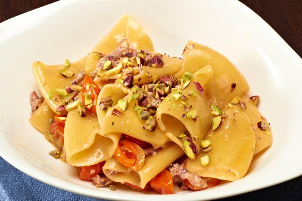 ..e se la voglia di un piatto di pasta torna prepotente..ecco una pausa piena di sapori mediterranei con i paccheri al pistacchio e pomodorini http://bit.ly/1yIAyli #pasta #ricettemediterranee #primipiatti