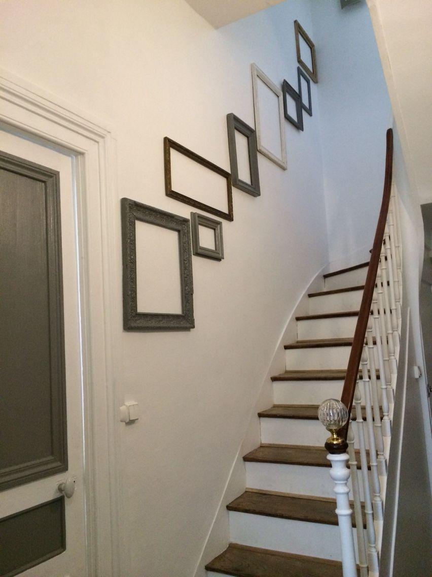 Deco escalier avec des cadres photos et des tableaux ...