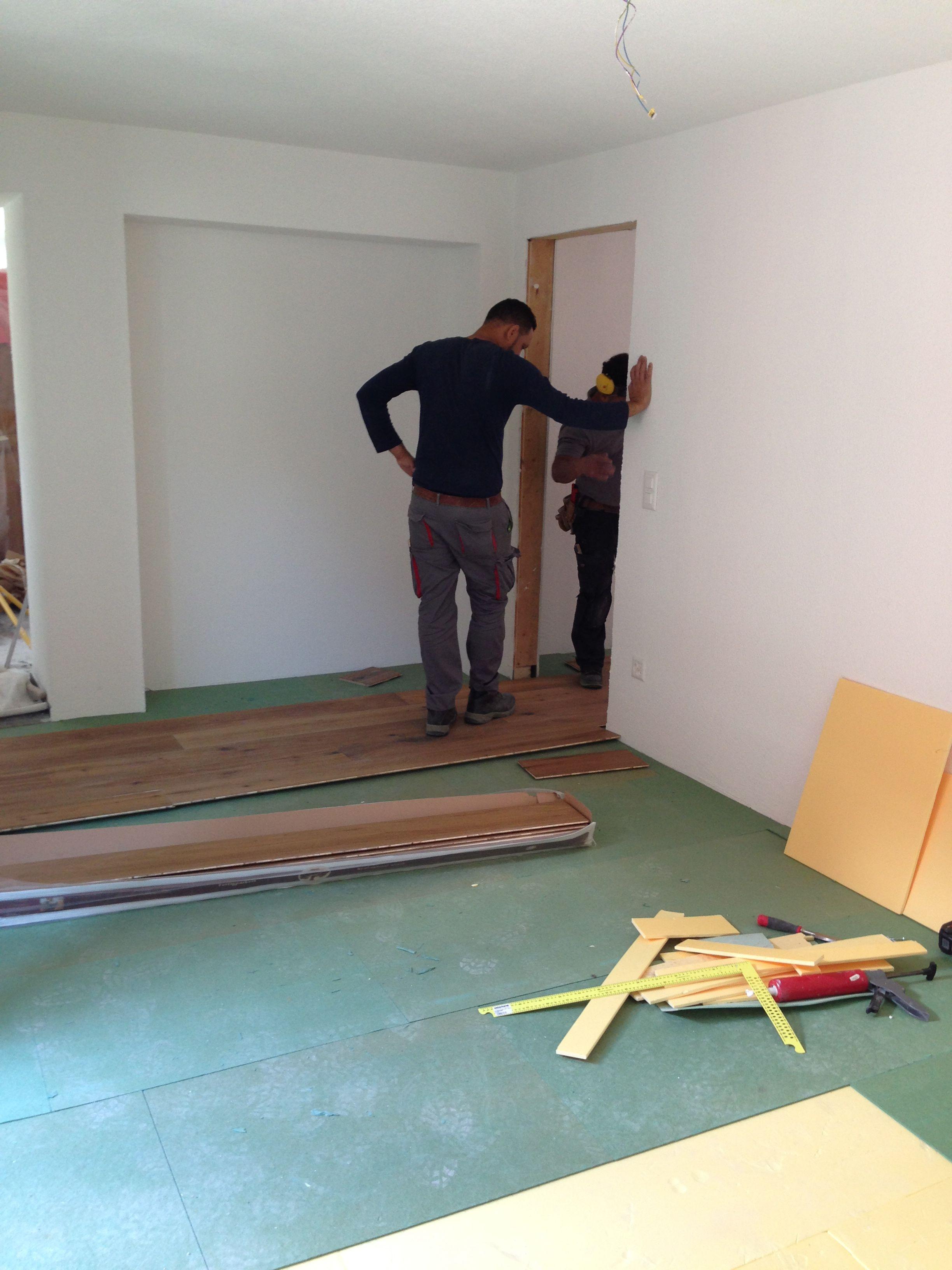 29. Mai 2015 - Im Appartement wird der Parkett verlegt. Bis zum Abend war das Wohn- und Schlafzimmer fertig.
