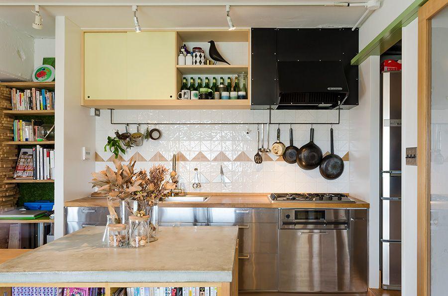 キッチンはikeaのもの 吊り戸棚の右半分はあえて扉をつけずに 見せる収納にした 吊り戸棚 キッチン 模様替え キッチンアイデア