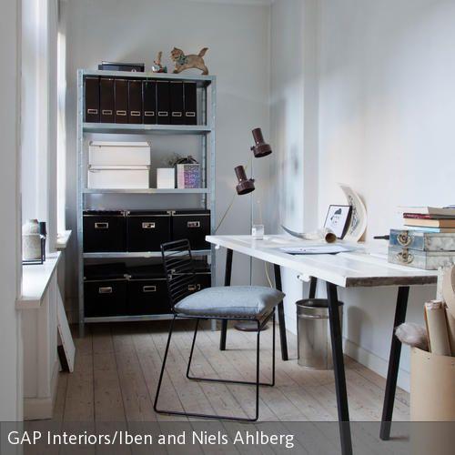Ordnung ist das halbe Leben: Zumindest im Arbeitszimmer sollte man einen gewissen Überblick behalten. Mithilfe von Kartons und Aktenordnern wird an diesem…